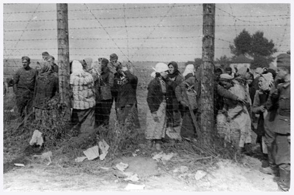 жінки біля Дарницького табору